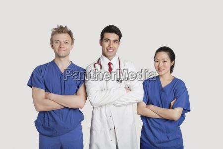 portraet von multiethnischen gesundheitsexperten die mit