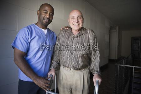gesundheitsarbeiter mit aelterem mann
