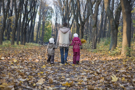 mutter und kinder die in park