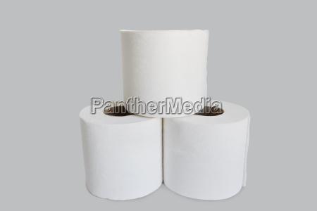 nahaufnahme des toilettenpapierstapels auf weissem hintergrund