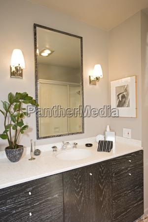 lampen durch spiegel im waschbecken