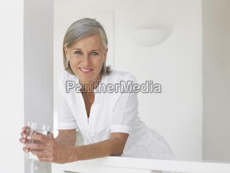 mittleren alters frau mit wasser glas
