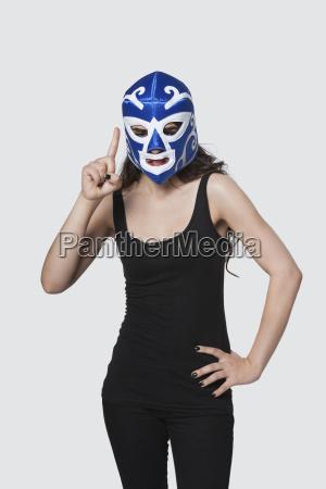 tragende ringende maske der jungen frau