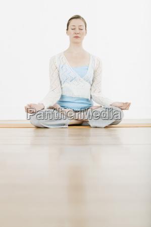 frau meditating in lotus position