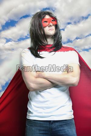 junger mann in superheld kostuem mit