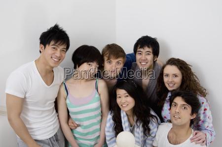 junge freunde gruppe laechelnd zusammen