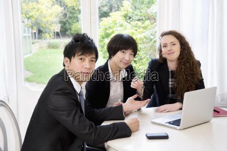 gruppenbild von drei geschaeftsleuten