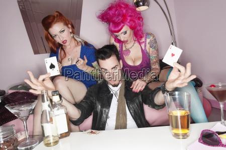 mann der zwei spielkarten mit erotischen