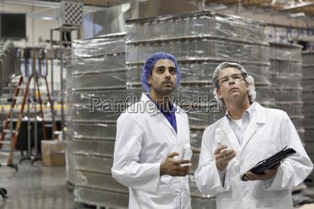 qualitaetskontrollmitarbeiter pruefen in abfuellanlage