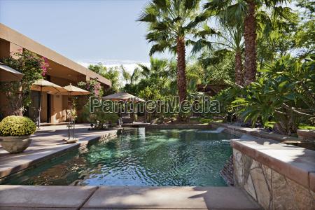 luxusvilla mit wasserfall und palmen