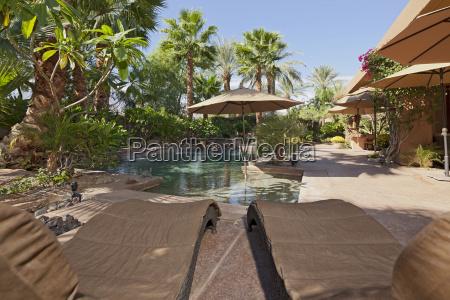 luxus villa mit wasserspiel und sonnenliegen