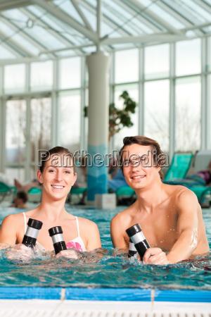 fitness gymnastik unter wasser im schwimmbad
