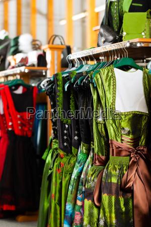 traditionelle kleidung tracht oder dirndl