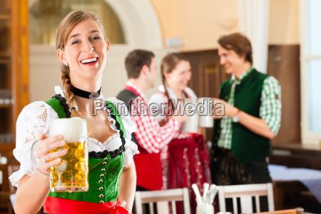 jugendliche im traditionellen bayerischen tracht im