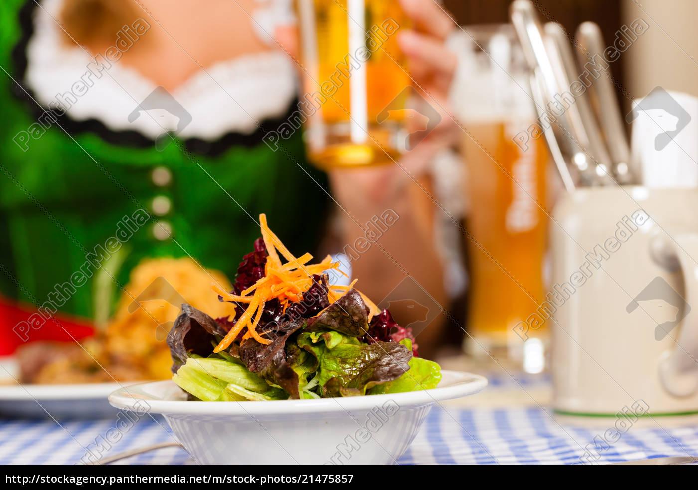 menschen, im, traditionellen, bayerischen, tracht, essen - 21475857
