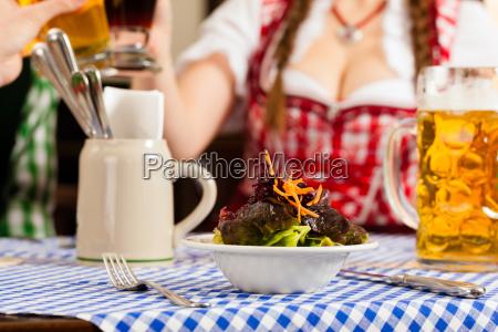 menschen, im, traditionellen, bayerischen, tracht, essen - 21475861