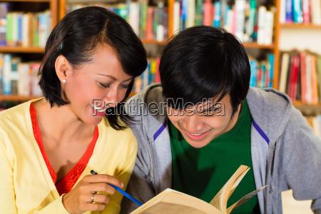 schueler in der bibliothek sind eine