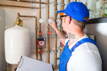 ingenieur der das heizsystem steuert