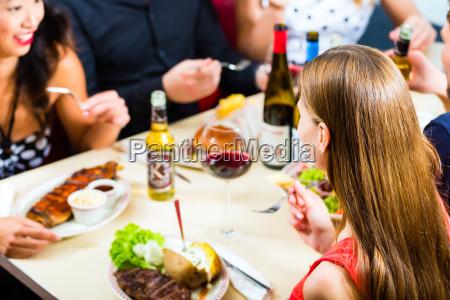 freunde, essen, und, trinken, in, fast-food-diner - 21476869
