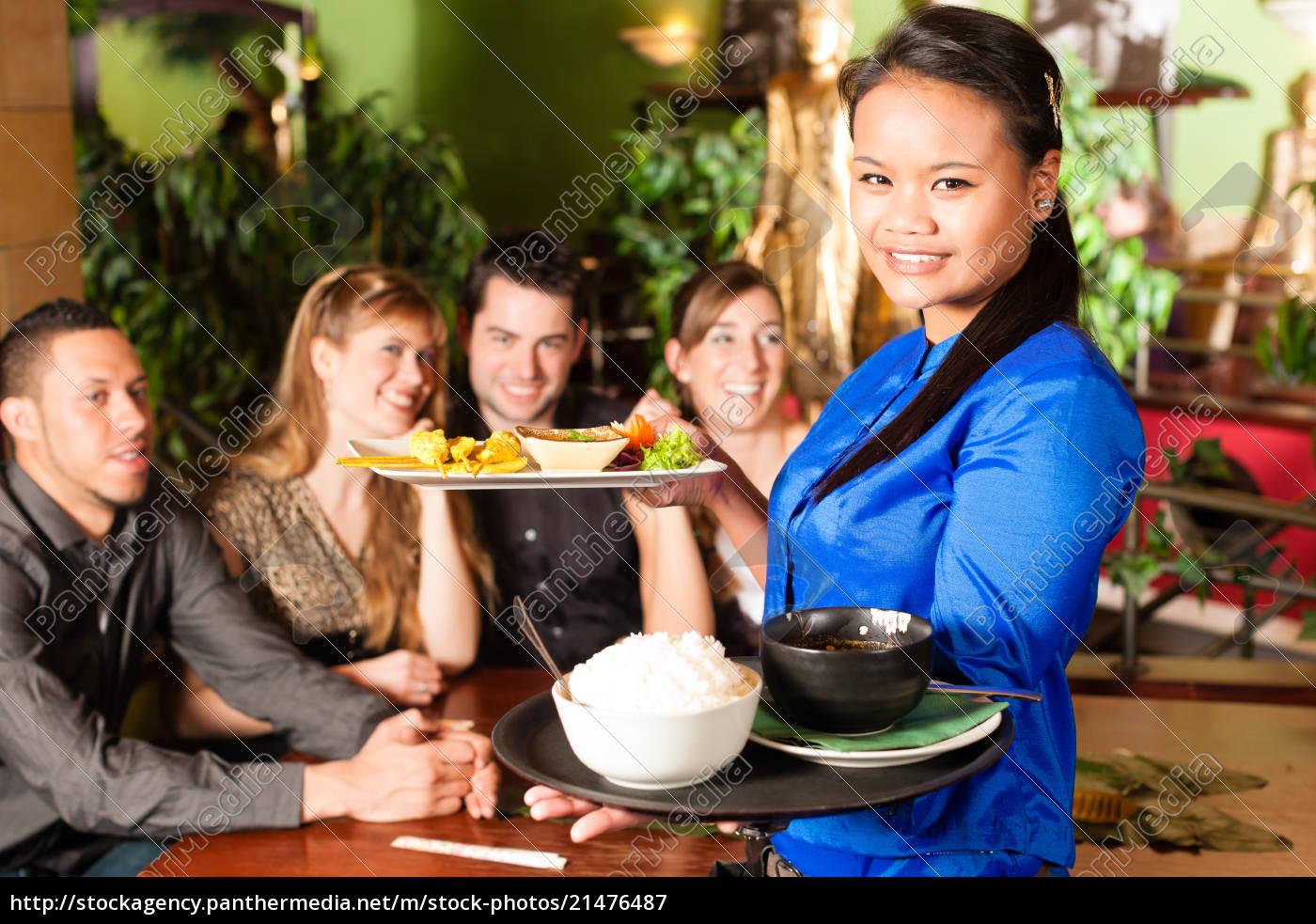 jugendliche, mit, kellnerin, essen, im, thailändischen - 21476487