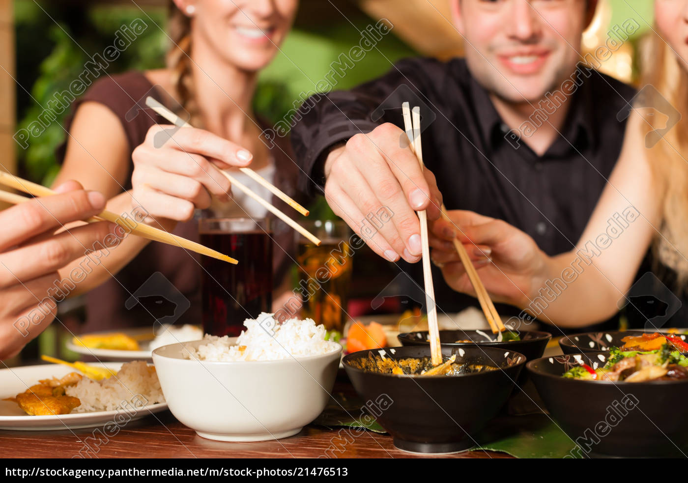 junge, leute, die, im, thailändischen, restaurant, essen - 21476513
