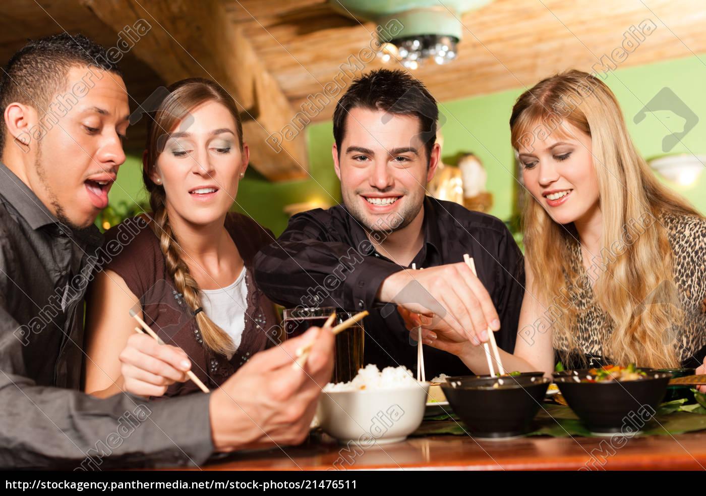 junge, leute, essen, im, thailändischen, restaurant - 21476511