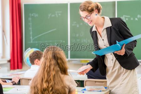 lehrer lehrt eine klasse von schuelern