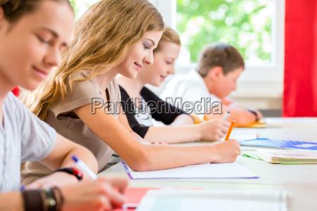 studenten schreiben einen test in der