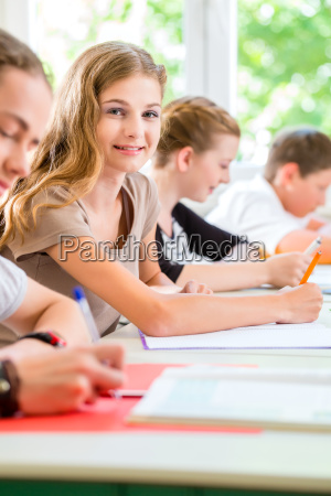 studierende schreiben einen test in der