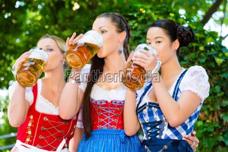 biergarten freunde in traditioneller kleidung