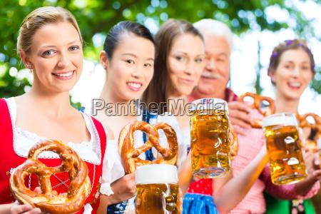 biergarten freunde trinken in bayern