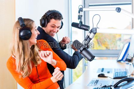 radio moderatoren in radiostation auf sendung