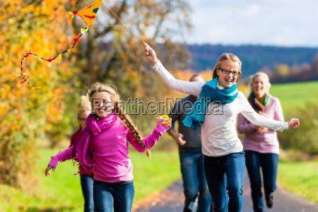 familia tomar paseo en otonyo bosque