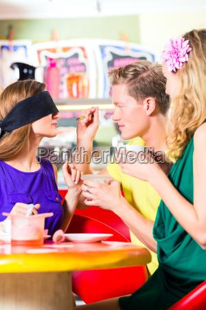 freunde die eiscreme im cafe schmecken