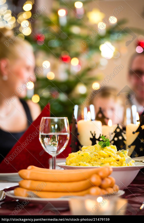 Weihnachtsessen 1 Weihnachtsfeiertag.Lizenzfreies Bild 21479159 Deutsche Weihnachtsessen Würstchen Und Kartoffelsalat