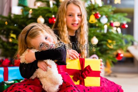 kinder erhalten geschenke am weihnachtstag