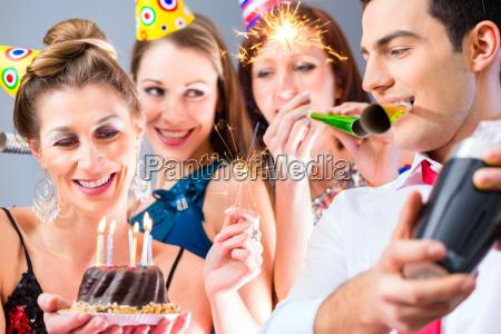 freunde mit oder silvester geburtstagsfeier