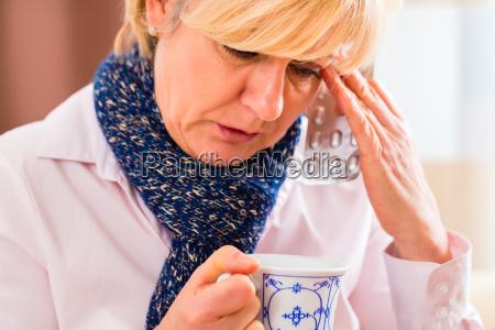 aelterer tee trinken um ihre grippe
