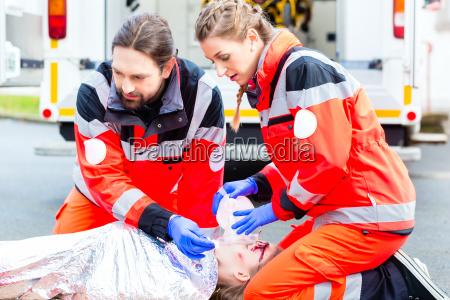 ambulanzarzt der dem weiblichen opfer sauerstoff
