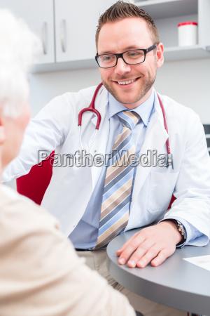 doktor der aelteren patienten in der
