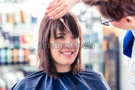 friseur schneiden frau haar im shop