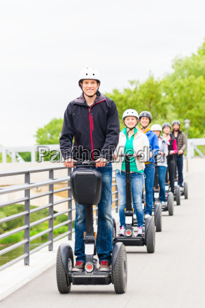 touristengruppe fahren segway bei sightseeing tour