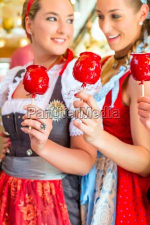 freunde essen suessigkeiten aepfel auf oktoberfest