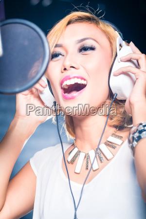 asiatischer saenger produziert song im aufnahmestudio