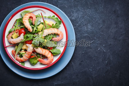 salad with shrimp tomatoes and avocado