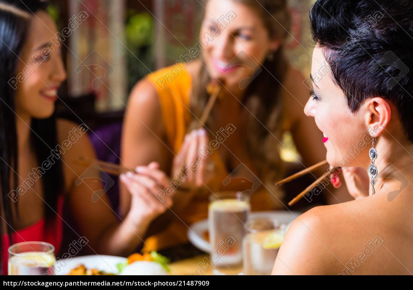 junge, leute, essen, in, asien, restaurant - 21487909