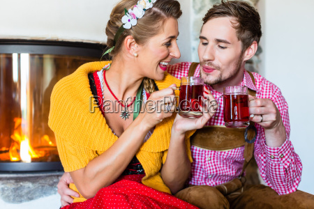 mann und frau trinken tee am