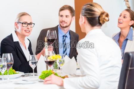 team bei geschaeftsessen im restaurant