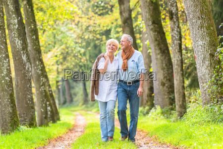 senior paar mit freizeit spaziergang im