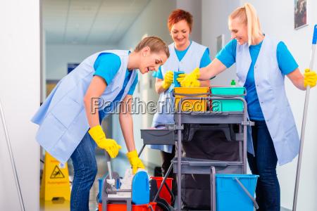kommerzielle reinigungsbrigade im korridor
